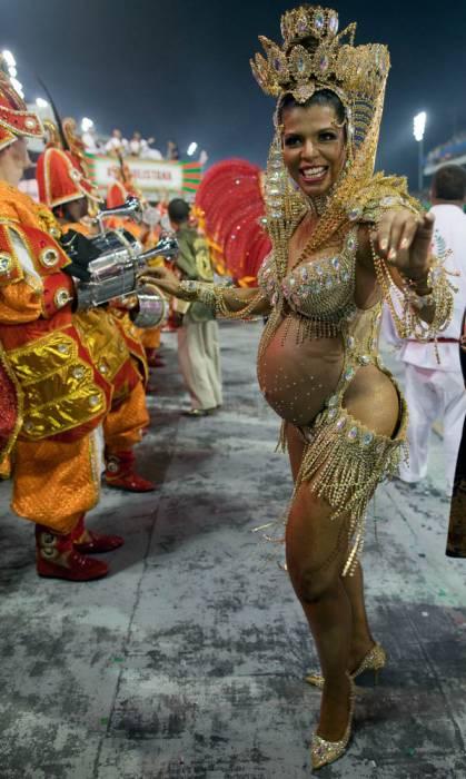 nozhki-masturbiruyut-seks-v-brazilii-vo-vremya-karnavala-bab-vozraste